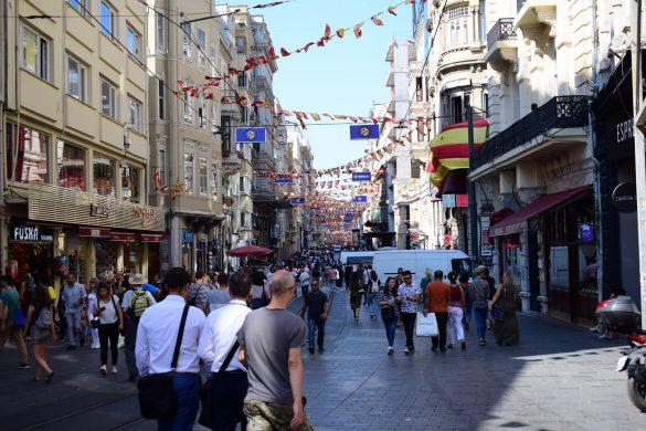 rušná istanbulská ulica v Turecku